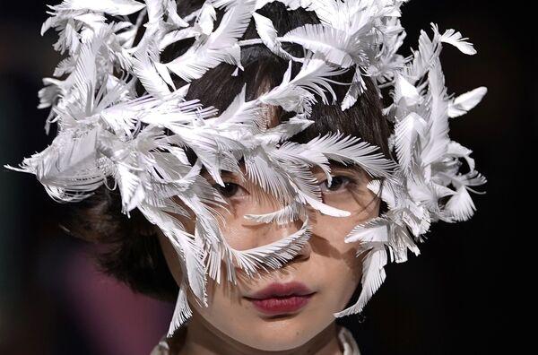 Модель во время показа Ohalu Ando на Токийской неделе моды. 20 марта 2018 года