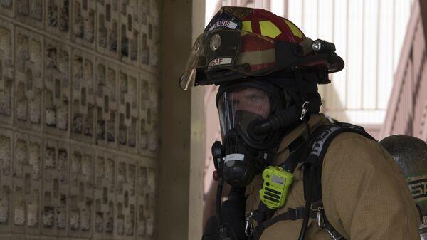 Пожарный на базе ВВС США Трэвис в Калифорнии во время учений