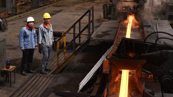 Рабочие на сталелитейном заводе в Цзоупине, Китай