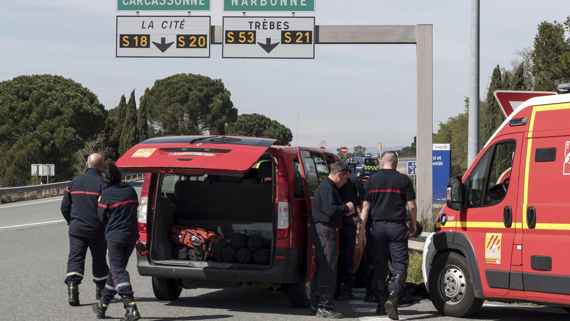 Полиция и пожарные на въезде в коммуну Треб на юге Франции, где произошел захват заложников. 23 марта 2018 - РИА Новости, 1920, 05.08.2021