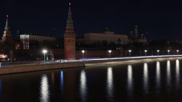Московский Кремль после отключения подсветки в рамках экологической акции Час Земли