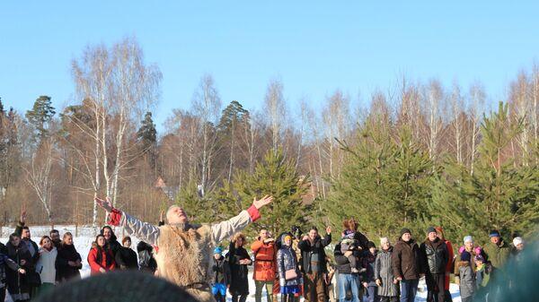 Жрец совершает обряд славления предков на праздновании языческой Масленицы (Комоедицы) в деревне Турейка Наро-Фоминского района Московской области