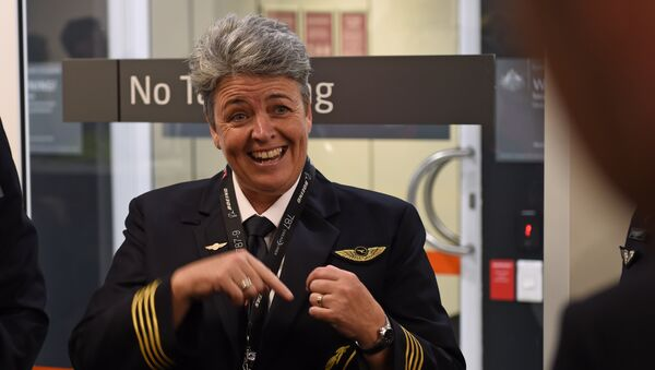 Капитан Qantas Лиза Норман выступает перед журналистами перед тем, как отправиться в первый рейс на Qantas 787 Dreamliner из Перта в Лондон. 24 марта 2018