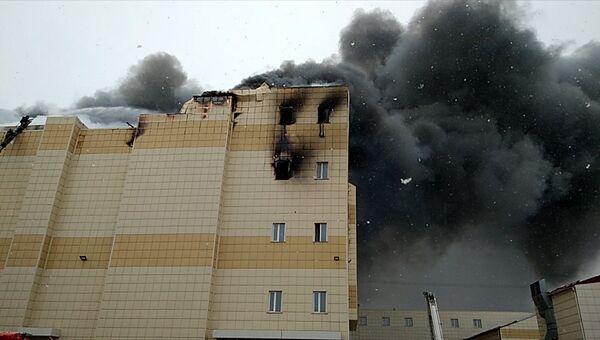 Торговый центр горит в Кемерово. Кадры с места ЧП