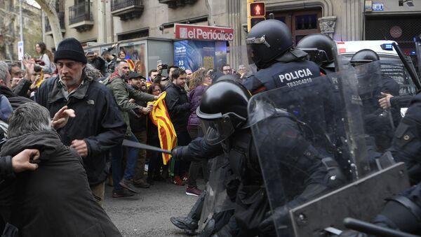Сотрудники полиции оттесняют демонстрантов в Барселоне во время шествия против ареста Карлеса Пучдемона. 25 марта 2018