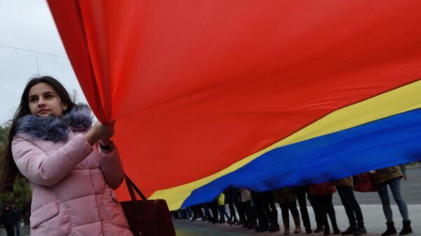 Девушка с флагом Молдавии