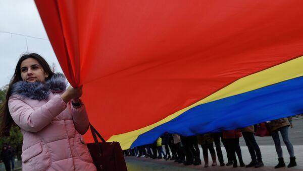 Девушка с флагом Молдавии. Архивное фото