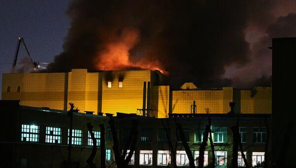 Сотрудники пожарной охраны МЧС борются с пожаром в торговом центре «Зимняя  вишня» в Кемерово 42b43e4216c
