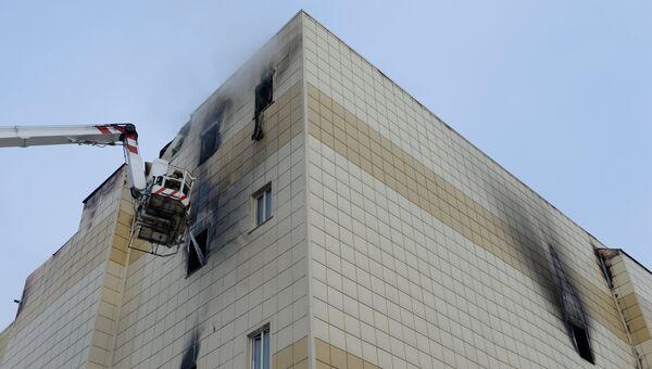 Сотрудники пожарной охраны МЧС во время тушения пожара в торговом центре Зимняя вишня в Кемерово. 26 марта 2018