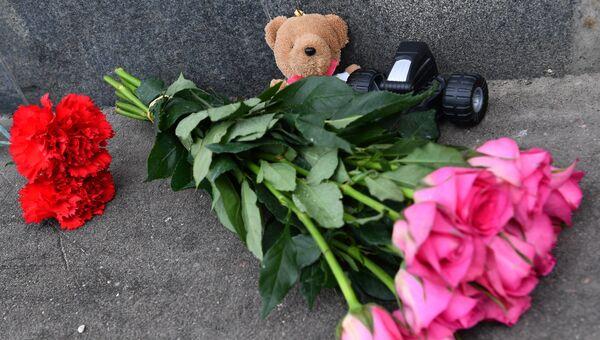 Цветы и игрушки в память о погибших в ТЦ Зимняя вишня у здания представительства Кемеровской области в Москве. 26 марта 2018