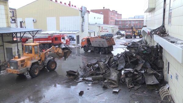 Утро после пожара в Кемерово: цветы в память о погибших и разбор завалов