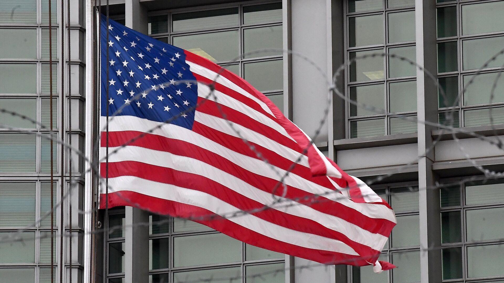 Флаг на здании посольства США в Большом Девятинском переулке в Москве - РИА Новости, 1920, 12.05.2021