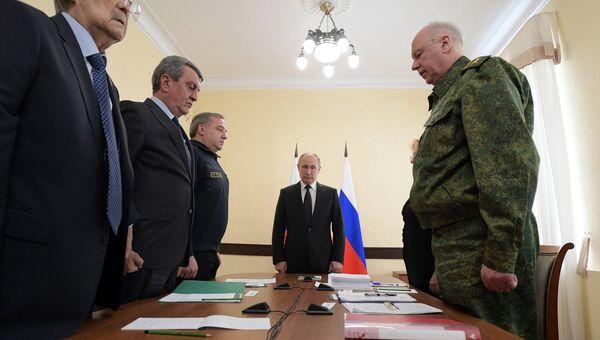 Президент РФ Владимир Путин во время минуты молчания в память о погибших при пожаре в торговом центре Зимняя вишня в Кемерово