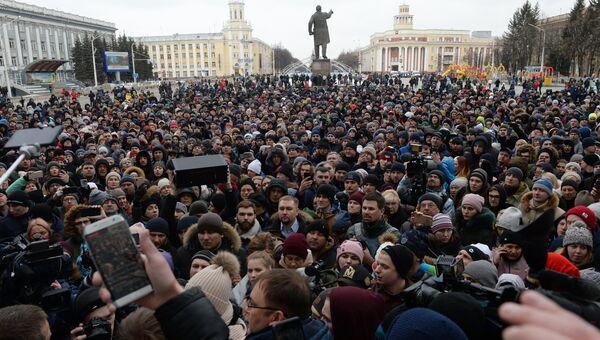 Участники стихийного митинга в память о жертвах пожара в ТЦ Зимняя вишня на площади Советов у здания администрации в Кемерово