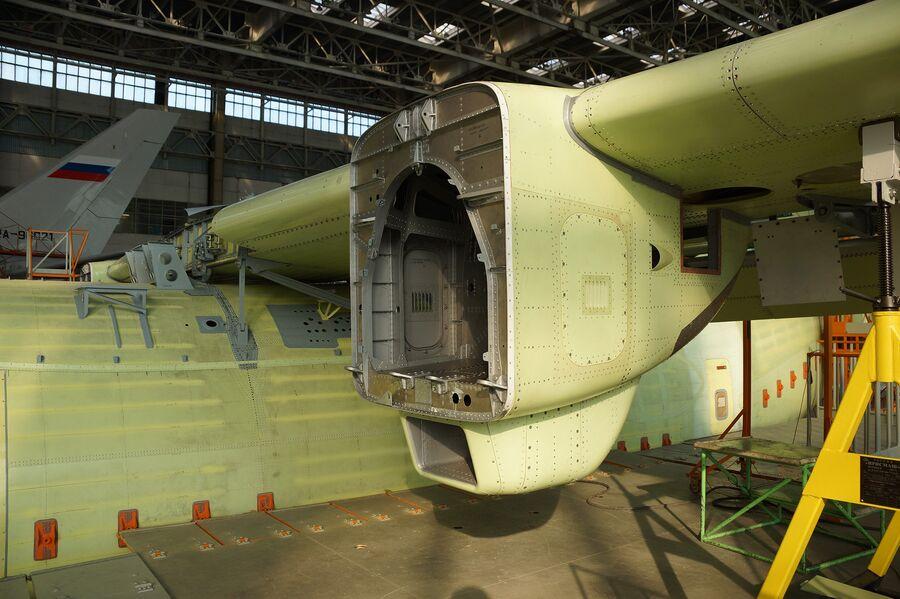Сборка легкого многоцелевого военно-транспортного самолета Ил-112В в Воронеже