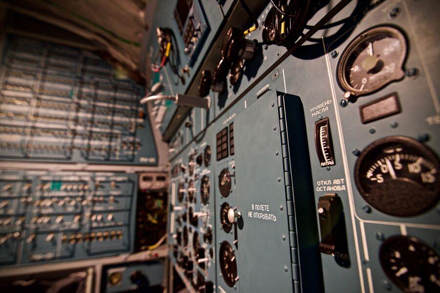 В кабине пилотов Ил-76МД-90А