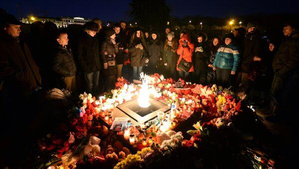 Участники акции у мемориала на Марсовом поле в Санкт-Петербурге в память о погибших в ТЦ Зимняя вишня в Кемерово. Архивное фото