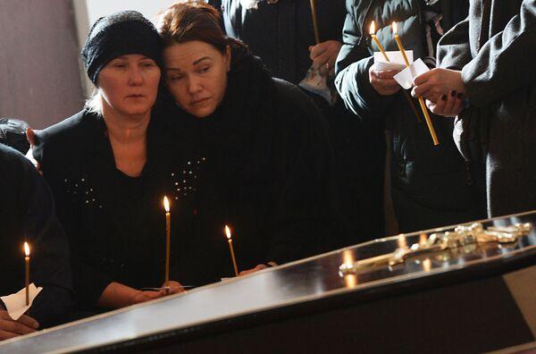 Горожане на панихиде в память о жертвах пожара в торгово-развлекательном центре «Зимняя вишня» в храме Святой Троицы в Кемерово