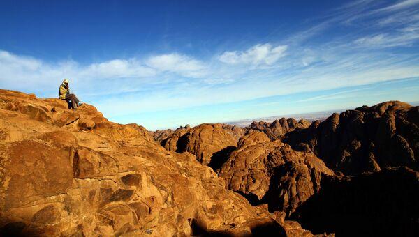 Гид на вершине горы Синай в Египте