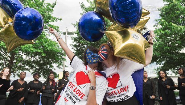 Сторонницы членства Великобритании из Евросоюза у арены Уэмбли в Лондоне, перед началом телевизионных дебатов, посвященных референдуму