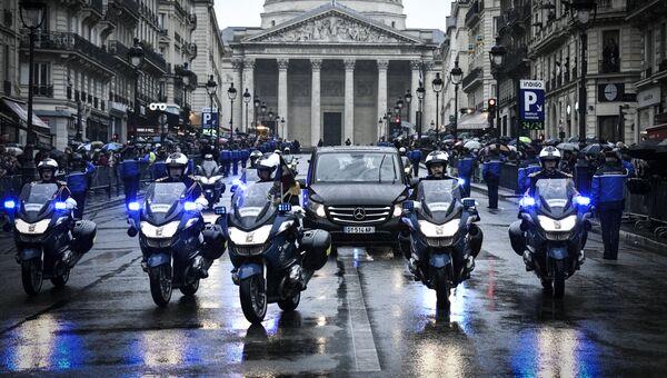 Французские жандармы сопровождают катафалк с телом подполковника жандармерии Арно Бельтрама по пути от Пантеона к Дому Инвалидов в Париже