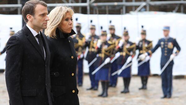 Президент Франции Эммануэль Макрон и его жена Брижит на церемонии прощания с подполковником жандармерии Арно Бельтрамом в Париже. 28 марта 2018 года