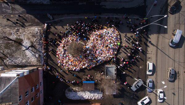 Цветы в память о жертвах пожара в торгово-развлекательном центре Зимняя вишня в Кемерово. 29 марта 2018