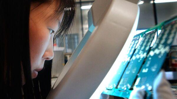 Производство материнских плат для смартфонов на заводе в Шанхае