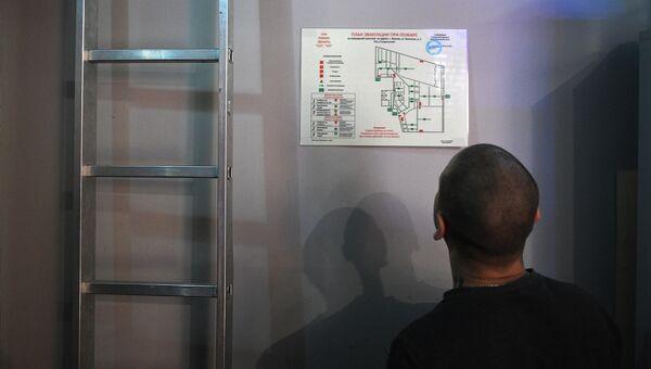 Сотрудник Лазертага определяет маршрут эвакуации по схеме в ТЦ Гагаринский