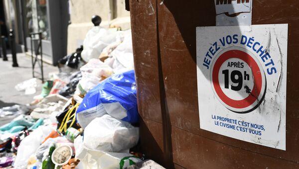 Переполненный мусорный контейнер во Франции