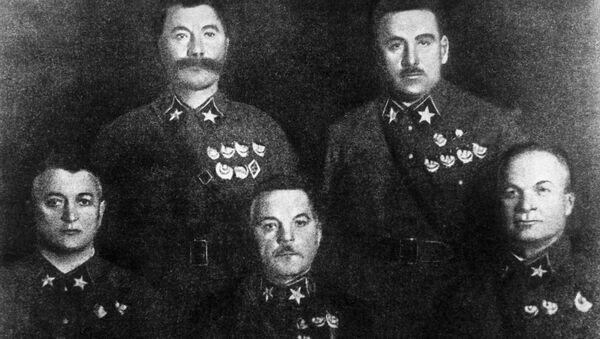 Маршалы Советского Союза. Сидят слева направо: Михаил Тухачевский, Климент Ворошилов, Александр Егоров. Стоят: Семен Буденный (слева) и Василий Блюхер