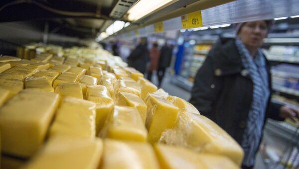 Сырная продукция на прилавке магазина. Архивное фото