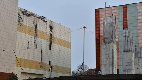 Следы пожара на фасаде торгово-развлекательного центра Зимняя вишня в Кемерово