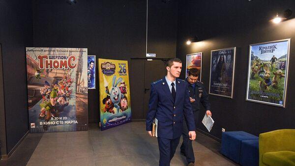 Сотрудники МЧС  во время проверки пожарной безопасности в кинотеатре торгового центра