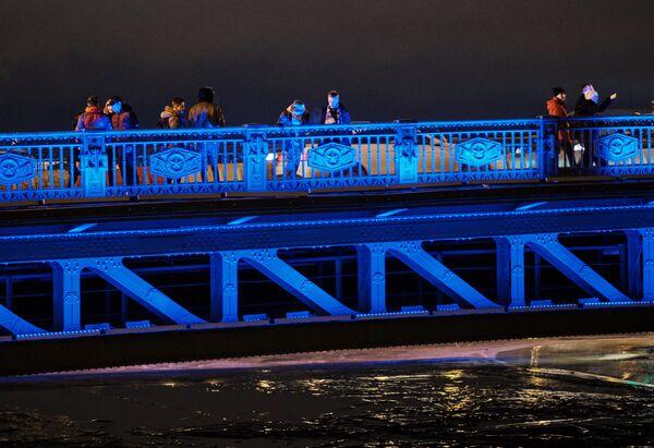 Дворцовый мост в Санкт-Петербурге, подсвеченный синим цветом в рамках международной акции Зажги синим (Light It Up Blue), которая приурочена к Всемирному дню распространения информации об аутизме