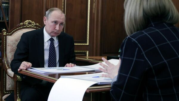 Президент РФ Владимир Путин и председатель Центральной избирательной комиссии Элла Памфилова во время встречи. 3 апреля 2018
