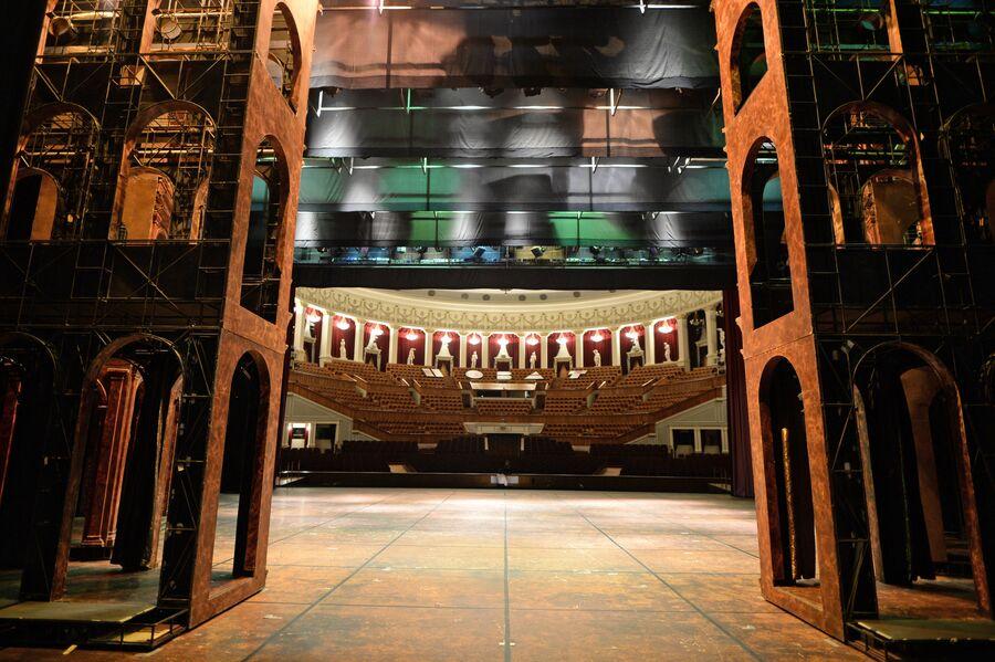 Вид на зрительный зал Новосибирского оперного театра со сцены