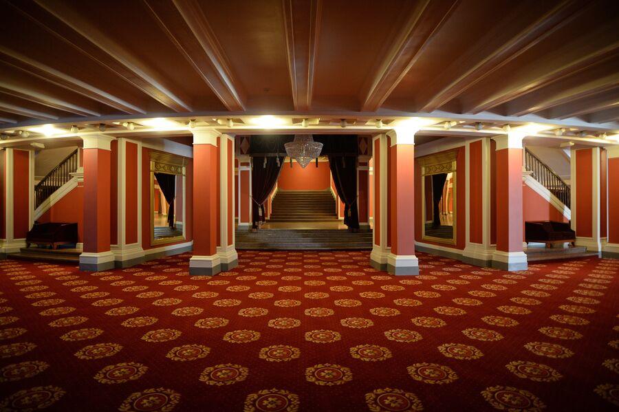 В фойе Новосибирского оперного театра