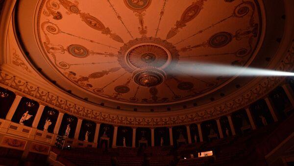 Потолок зрительного зала Новосибирского оперного зала. В пространстве галереи установлены 16 мраморных скульптур – копии работ античных мастеров.