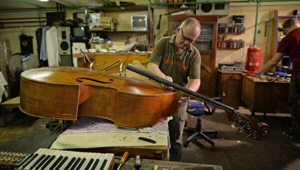 Реставрация музыкальных инструментов в Новосибирском оперном театре.