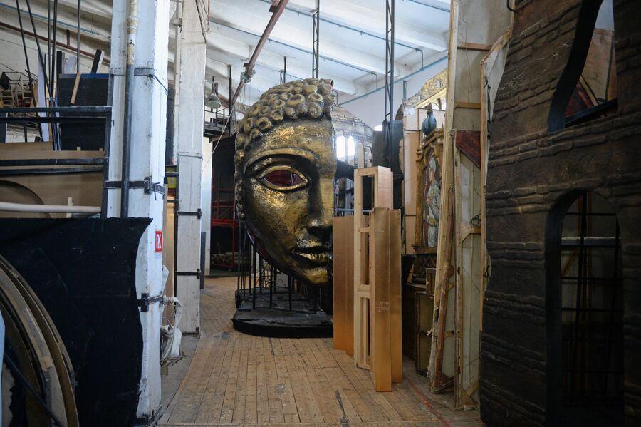 На складе декораций Новосибирского оперного театра