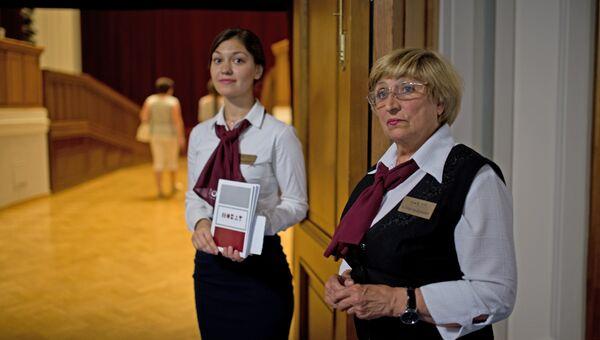 Капельдинеры встречают гостей перед началом спектакля в Новосибирском оперном театре.