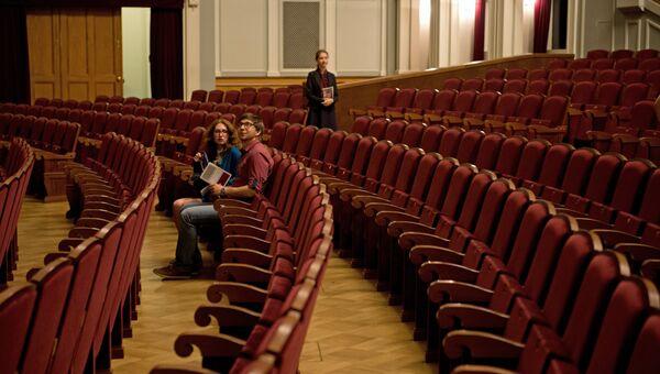 Зрители перед началом спектакля в Новосибирском оперном театре.