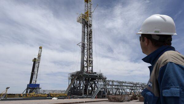 Буровые установки на месторождении сланцевой нефти Vaca Muerta в Аргентине