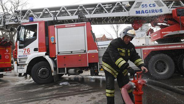 Сотрудник противопожарной службы МЧС РФ на тушении пожара в детском торговом центре Персей в Москве. 4 апреля 2018