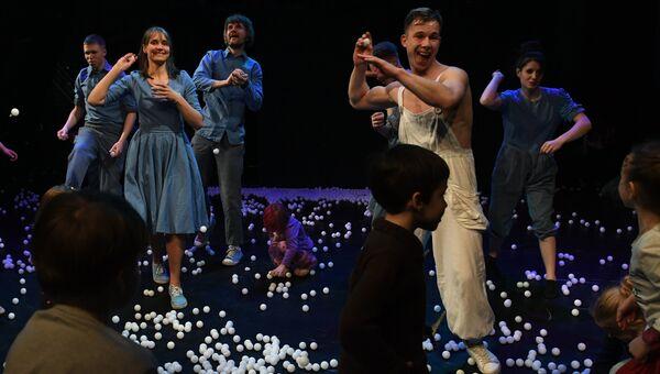 Актеры Упсала-Цирка и зрители во время спектакля Эффект пинг-понгового шарика в Еврейском музее и центре толерантности