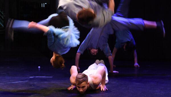 Актеры Упсала-Цирка во время спектакля Эффект пинг-понгового шарика в Еврейском музее и центре толерантности
