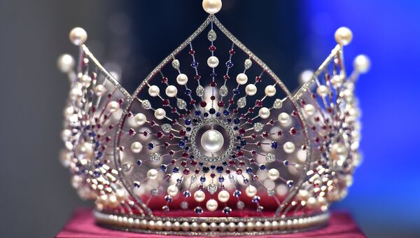 Новая корона Мисс Россия во время презентации на пресс-конференции, посвященной проведению конкурса Мисс Россия - 2018. 18 апреля 2018