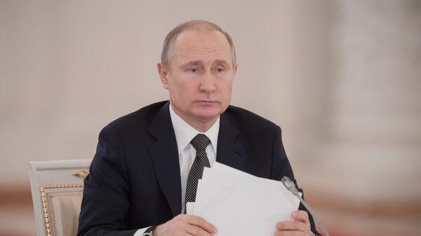 Владимир Путин перед началом заседания Госсовета. Архивное фото