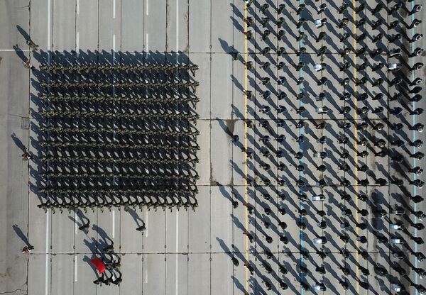 Военнослужащие во время репетиции Парада Победы на военном полигоне Алабино. 6 апреля 2018